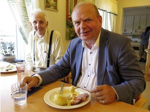 Börje Eriksson, som bor på Häradsgården i Lit, fick sällskap av landsbygdsminister Eskil Erlandsson (C) vid lunchen. På tallrikarna fanns falukorv och potatis, som hade transporterats från centralköket i Östersund. Centern i kommunen föreslår nu att köket på Häradsgården öppnas igen.