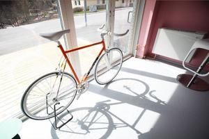 Den här cykeln är en kopia av en Eddy Merckx-cykel. Eddy Merckx vann under sin karriär flera världsmästerskap, Tour de France fem gånger och Giro d'Italia fem gånger.