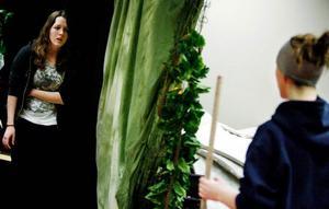 """Annica Lewis och Malin Hammersjö Fälth är fiender på scenen i klassens slutproduktion """"Flugornas Herre""""."""