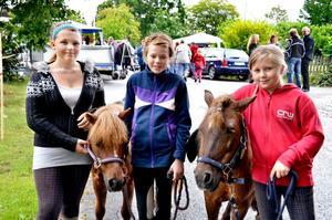 Laxå ridklubb. Fixade ponnyridningen gjorde Hanna Sjöberg, Fuxis, Thyra Eriksson, Sophi samt Matilda Sjöberg.