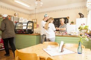 Anette Morberg serverar i cafét