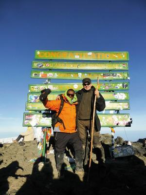 Äntligen vid toppen av Kilimanjaro, Uhuru Point på 5895 meters höjd. Det var värt varenda steg och all möda. På bild Elly och Johan.
