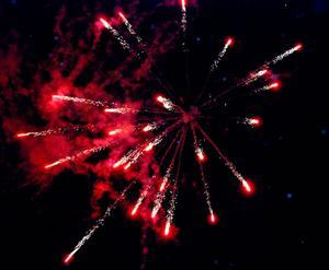 Så här såg det ut på himlen över Hedemora då Lars Johannesson visade olika fyrverkerier inför nyårsafton 2010.