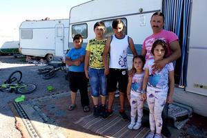 Alla barn kan inte börja i skolan. Nere i lägret i hamnen i Sundsvall finns ett 20-tal barn, några av dem är Darius, Emil, Alin, Elias Ciurar, Ketchuza och Elina i lägret.