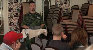 Fredrik Almér, rekryterare inom Gävleborgsgruppen vid Försvarsmakten, söker personer som har motivation, vilja, närvaro, tålamod, samarbetsvilja och anpassningsförmåga till den nya soldatutbildningen i Gävle.