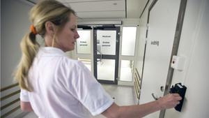"""""""Det finns inte tillräckligt med sköterskor och sommaren är ju snart här. Det är lång upplärningstid här på akuten också"""", säger sjuksköterskan Marie."""