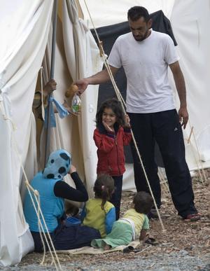 På flykt. En syrisk familj i ett läger utanför den turkiska staden Yayladagi. Turkiet har tagit emot tusentals flyktingar under sommaren. Många av dem har varit svårt skadade och vårdats på sjukhus.