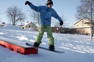 Snowboardåkaren Mathias Oscarsson hoppar.BILD: STEFAN IGNELL