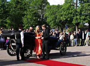 fick gå på röda mattan. Björkhagsskolans sistaårselever anlände till Herrgårdsparken i Hofors i tjusiga veteranbilar och fick stiga av på röda mattan, när det var dags för studentbal.