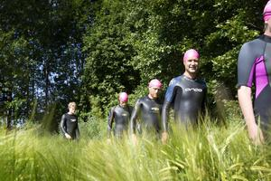 Längst ån fanns naturliga stopp vid vattenkraftverk där simmarna måste gå en kortare sträcka på land för att sedan kunna fortsätta simma. Här är grupp tre på väg till ån efter ett kortare frukoststopp vid Mackmyra bruk.