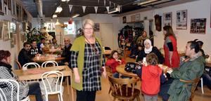 Gunborg Morén och de anställda på Röda Korsets second hand-butik i Hedemora, välkomnade många fikasugna gäster under torsdagen. Eftersom det var Fairtrade-dagen bjöds på kaffe, te och choklad med Fairtrade-märkning.