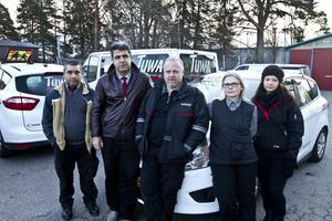 FAMILAR I OVISSHET. Det finns en stark oro för framtiden bland förarna vid Gästrike Transport och Service. Här är några av dem. Från vänster till höger: Joakim Svedling, Kamal Ghorbanipour, Ulf Engström, Gun Håkansson och Elin Wahlberg.