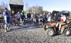 Calle Sjöö, längst till höger på fyrhjulingen, har genomgång inför nästa övning.