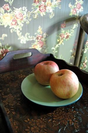 I stället för godis på rummen ligger kinesiska äpplen på ett fat.