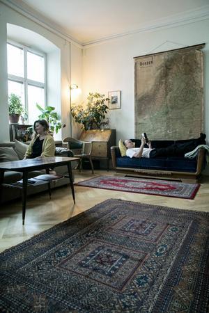 Sofia och Oskar i det gigantiska vardagsrummet.