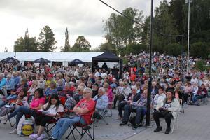 En kväll som bjuder på extra mycket gratisunderhållning ville ingen i Sollefteå missa och Trollskoj fick nytt publikrekord. Omkring fyra tusen kom för att bli underhållna.