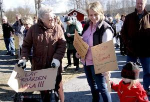 Alla åldrar samlades vid kyrkan inför demonstrationen.