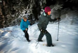 Crister Löfgren och Sofie Jugård-Löfgren gillar att ta en tur med snöskor på. Och de är inte ensamma – intresset för snöskovandring växer sig allt starkare.