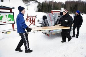 IVK:arna Linus Sjödin och Robert Vesterlund förbereder ett arrangemang i Åsbacken, medan Pierre Hedin i Friska Viljors styrelse funderar över nästa drag.