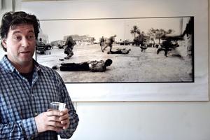 Den prisbelönta fotografen Eddy van Wessel ställer ut bilder från världens krigszoner i Nora konsthall.