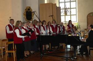 Sångare. Hedemora kyrkokör sjöng under ledning av Lennart Bengts under söndagsmässan som även var Bo Zetterlund sista i Hedemora församling.