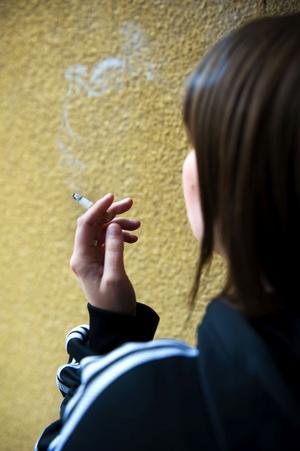 Rökning är förbjudet såväl i skollokaler som på skolgårdar.