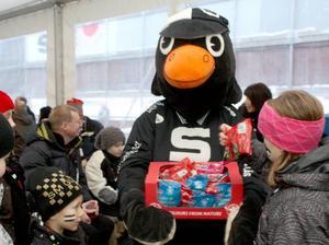 SAIK:s maskot Pigge delade glatt ut godis till alla barn som deltog i inflyttarfesten.