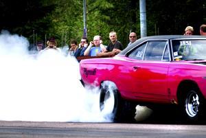 Het Plymonth. Antti Pihlaja-aho från Västerås var tvungen att plocka bort huven på sin Plymonth -68 för att inte överhetta motorn. I testrepan brann det i förgasaren.