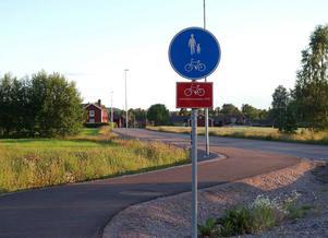 Ett 100-tal röda skyltar sätts just nu upp utmed Leksandsrundornas sträckningar, för att - året om - kunna guida cykelsugna på vackra turer genom byarna i trakten. Totalt blir det 13 mil skyltade cykelvägar.