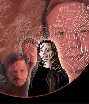 """Pjäsen """"Allaq – drömmen om den stora kärleken"""" utspelar sig i nutid men tar avstamp i urgamla myter, bland annat den om flickan som blev förälskad i en björn. Ingá Márjá Sarre gör huvudrollen.  Foto/Illustration: Ingun A. Mæhlum/Berit Marit Hætta/Beaivváš"""