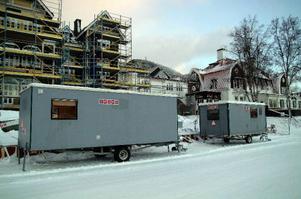 Arbetsmiljöverkets hot om byggstopp fick byggherren på Brf Grand Residence Åre att agera.Två byggbodar står nu på trottoaren nedanför bygget – vilket tidigare var omöjligt, enligt byggledningen. Foto: Elisabet Rydell-Janson