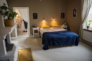 Parets sovrum har en lyxig svitkänsla med heltäckande matta och dämpade färger. I rummet intill har Linda sin klädkammare.