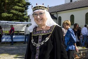 Ylva Holmgren från Acktjära bär en klänning i svart med många vackra detaljer. Den har hon sytt själv.
