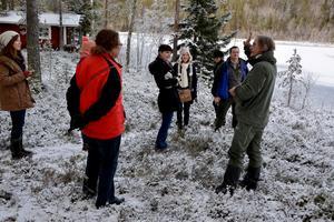 Christer Gunnarsson från Ånge naturum berättar för de Irländska gästerna om den svenska skogen.