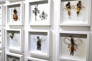 kul Skrotkonst. Insekterna är sammansatta av små prylar som finns i de flesta hem.