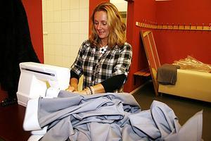 PIMPAR. Anna Törnlund-Wallin syr gardiner och draperier till logerna. Företaget hon jobbar för heter Prema bygg och de brukar anlitas vid evenemang i hallen.