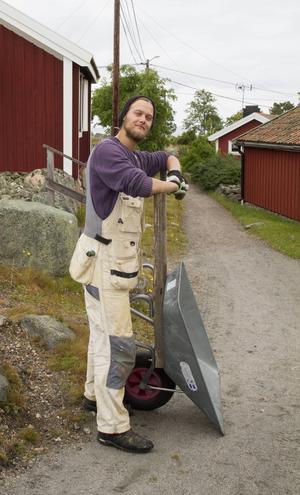 Skottkärran är praktisk när man ska frakta saker på de små stigarna, tycker Fredrik Wahlberg.