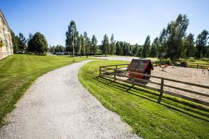 Grusplanen vid Blomkransen är nu parkeringar, och gräsytan bredvid har reducerats på grund av en nydragen gångväg.