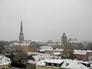 Snö på taken. Efter vinterns långa snöperiod har snön åter lagt sig över taken i Västerås på torsdagsmorgonen.