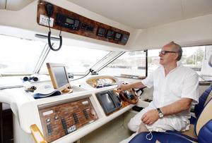 Snart skeppare. Till vintern hoppas Harry Holmer ta en så kallad skeppare åtta-examen. I dag är en yngre kollega befäl på båten när den chartras.Lasse Halvarsson