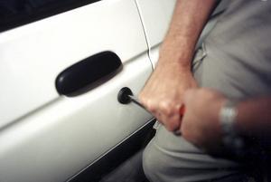 En snabb tjuv snappade åt sig en dyrbar jacka ur en bil i Nynäshamn. Foto: Rawel Flato/TT