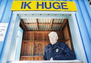 Ideelt arbete behövs för varje förening. Varje dag befinner sig Bosse Söderberg på IK Huges kansli. Nu fyller han 80 år.