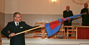 FANA. Major Bertil Divert rullar ihop Frälsningsarméfanan under ceremonin som avslutade kåren och verksamheten i Harbo.