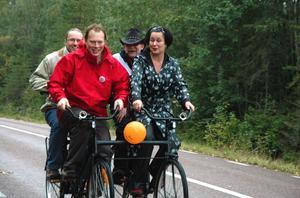 Abbe Ronsten på en fyrcykel tillsammans med Lotta Bergstrand (FP/L), Göran Johansson (V) och Anders Lantz (MP) i september 2010.