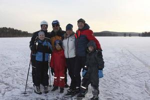 Bakre raden från vänster: Charlotta Bergqvist, Dake Bergqvist, Camilla Dexius samt Mikael Dexius.   Främre raden: Amalia Bergqvist 10 år, Noel Dexius 7, samt Matteo Dexius 9 år.