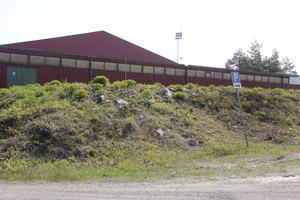 Parkeringen nedanför gokarthallen hade kunnat bli platsen för den nya bandyhallen på Hällåsen, men marken är för dålig och nu ser kultur- och samhällsservicenämnden att befintliga ispisten blir bästa platsen.