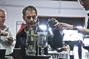 Det är kul och spännande att få blanda sitt eget kaffe. Tobbe Jonsson låter sig väl smaka av sin egen komposition.