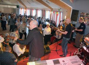 Årets spelning. Det anser Lasse Norin (till vänster) i dansbandet Extract om FUB:s länsdans i Hybo. Övriga bandmedlemmar på bilden är Micke Ohlsson och Jörgen Ohlzon.