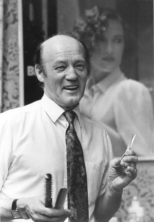 Verner Mähler så som de flesta var vana att se honom. Med saxen och kammen i hand. Bilden är från 1992.