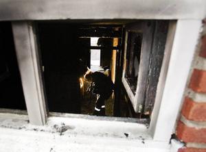 Teknikerna söker orsaken. På tisdagen var polisens tekniker på plats på Nyvallsvägen. De första tecknen tyder på att branden var anlagd.